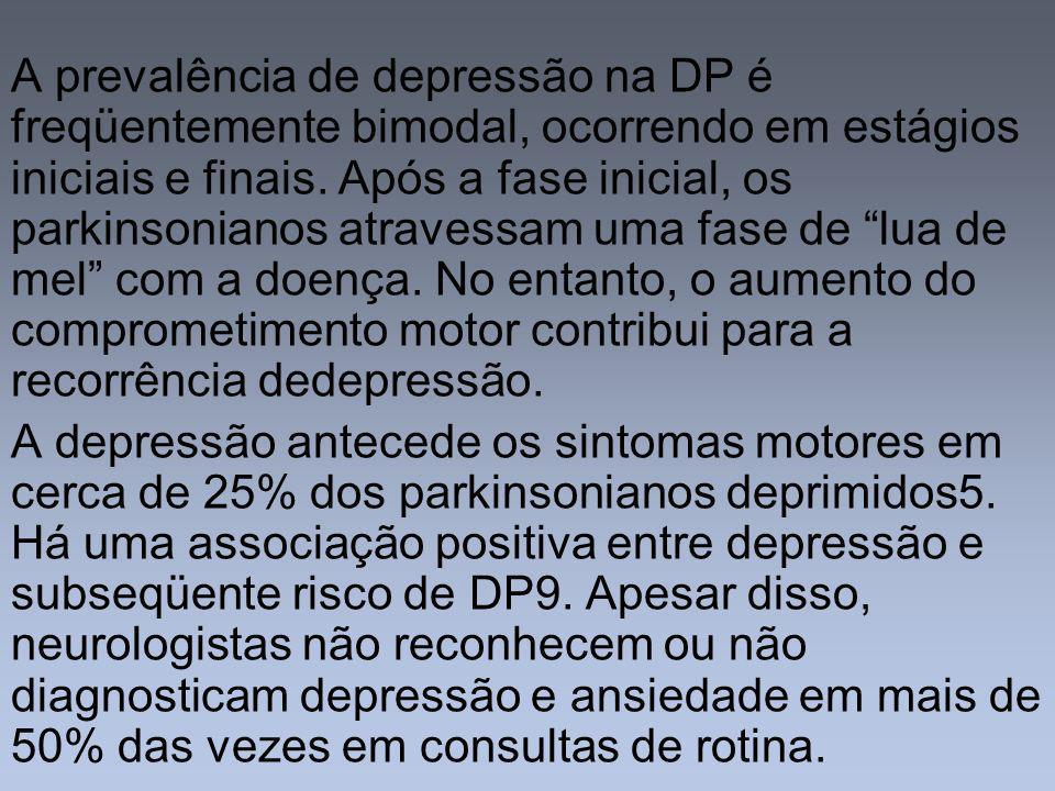 A prevalência de depressão na DP é freqüentemente bimodal, ocorrendo em estágios iniciais e finais. Após a fase inicial, os parkinsonianos atravessam uma fase de lua de mel com a doença. No entanto, o aumento do comprometimento motor contribui para a recorrência dedepressão.