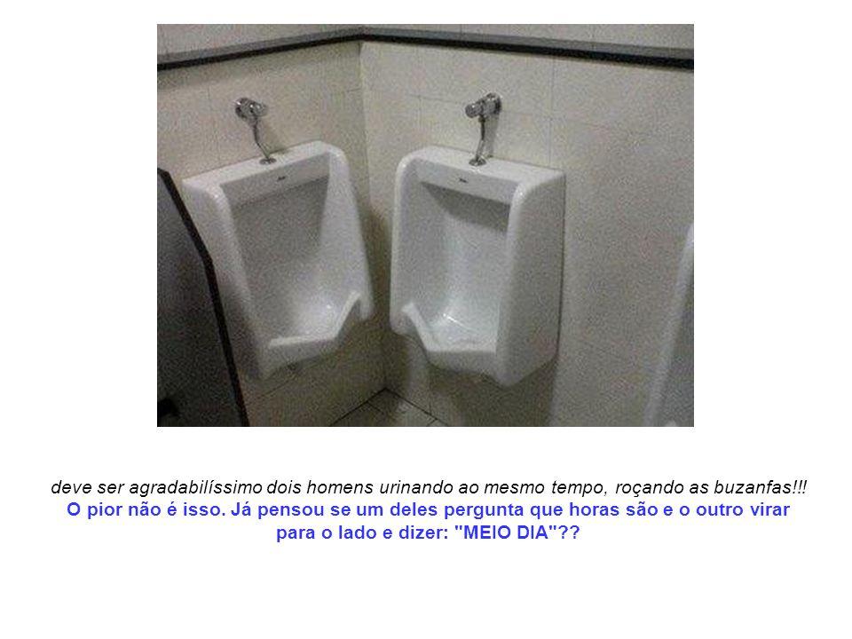 deve ser agradabilíssimo dois homens urinando ao mesmo tempo, roçando as buzanfas!!.