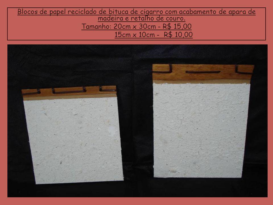 Blocos de papel reciclado de bituca de cigarro com acabamento de apara de madeira e retalho de couro.