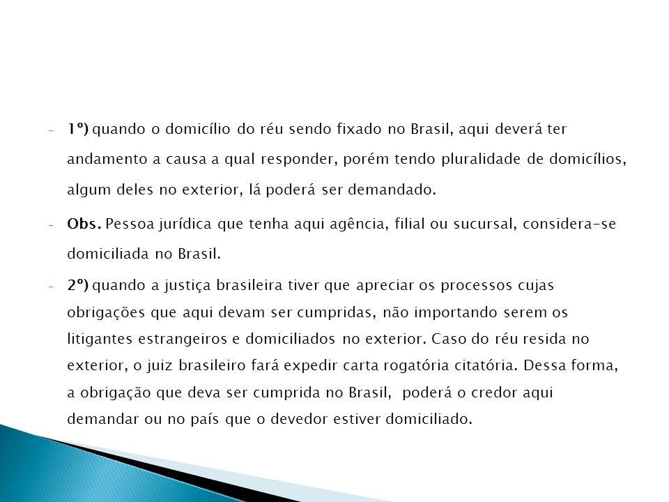 1º) quando o domicílio do réu sendo fixado no Brasil, aqui deverá ter andamento a causa a qual responder, porém tendo pluralidade de domicílios, algum deles no exterior, lá poderá ser demandado.