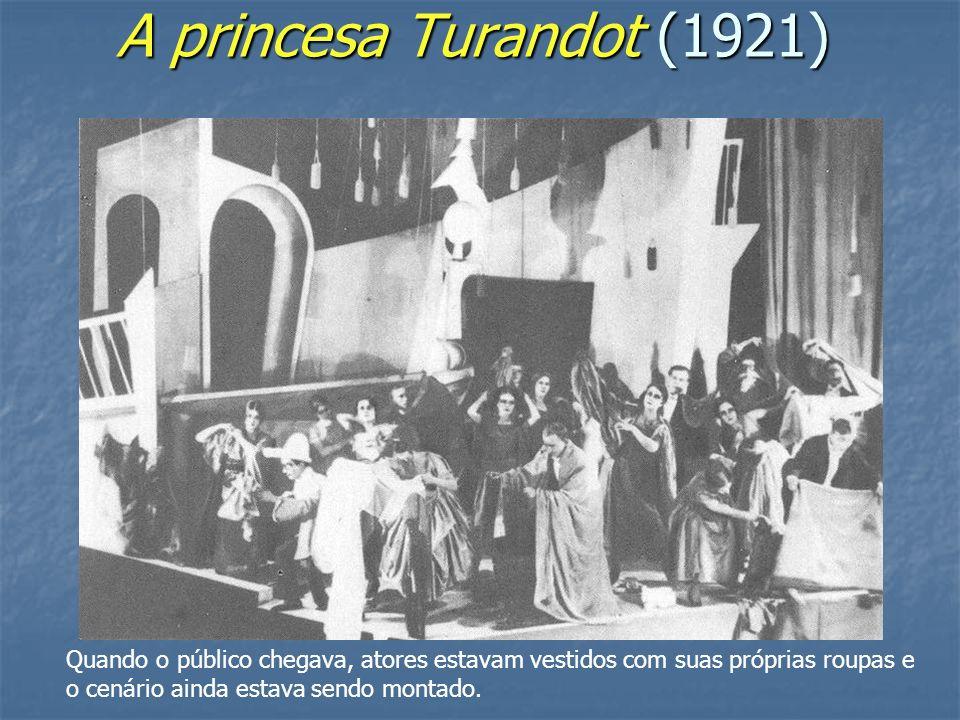 A princesa Turandot (1921) Quando o público chegava, atores estavam vestidos com suas próprias roupas e o cenário ainda estava sendo montado.