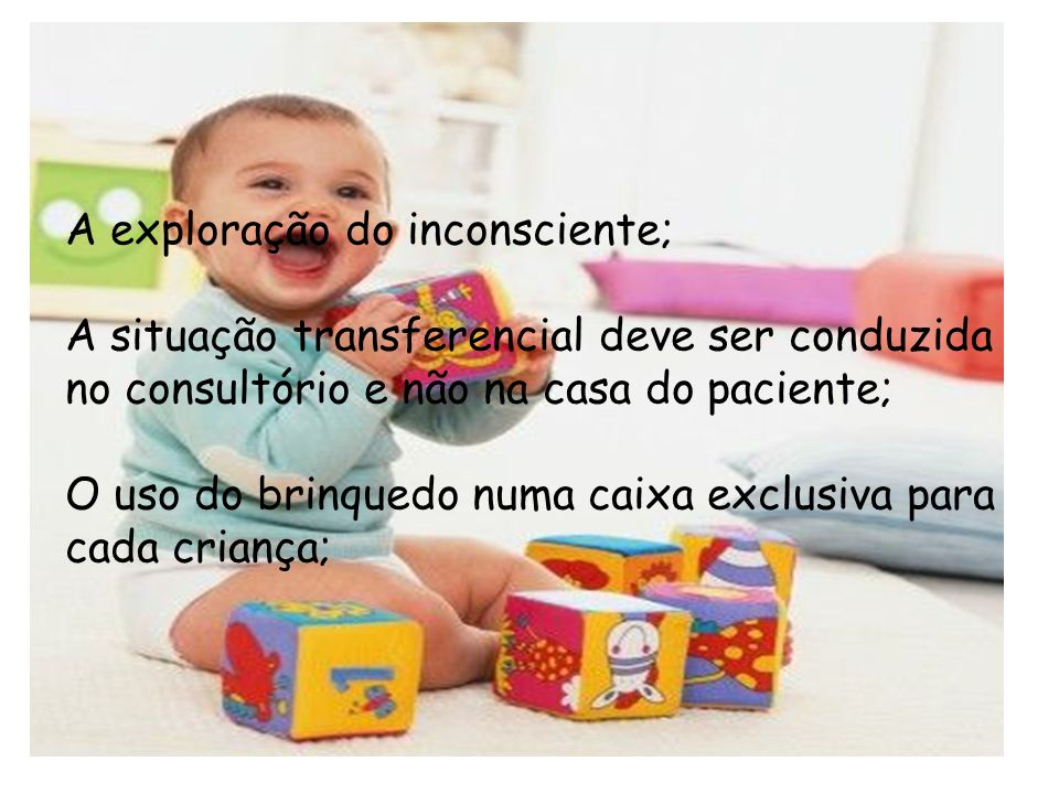 Uma criança brinca não