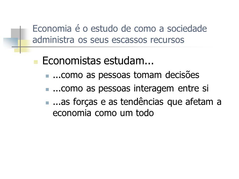 Economia é o estudo de como a sociedade administra os seus escassos recursos
