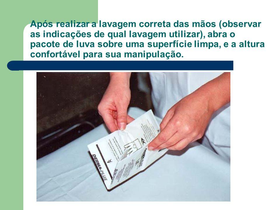 Após realizar a lavagem correta das mãos (observar as indicações de qual lavagem utilizar), abra o pacote de luva sobre uma superfície limpa, e a altura confortável para sua manipulação.