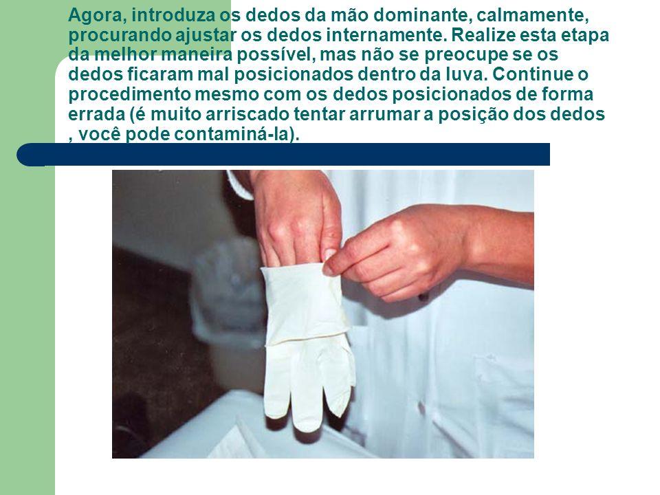 Agora, introduza os dedos da mão dominante, calmamente, procurando ajustar os dedos internamente.