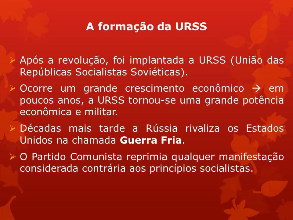 A formação da URSS Após a revolução, foi implantada a URSS (União das Repúblicas Socialistas Soviéticas).