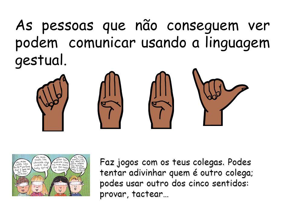 As pessoas que não conseguem ver podem comunicar usando a linguagem gestual.