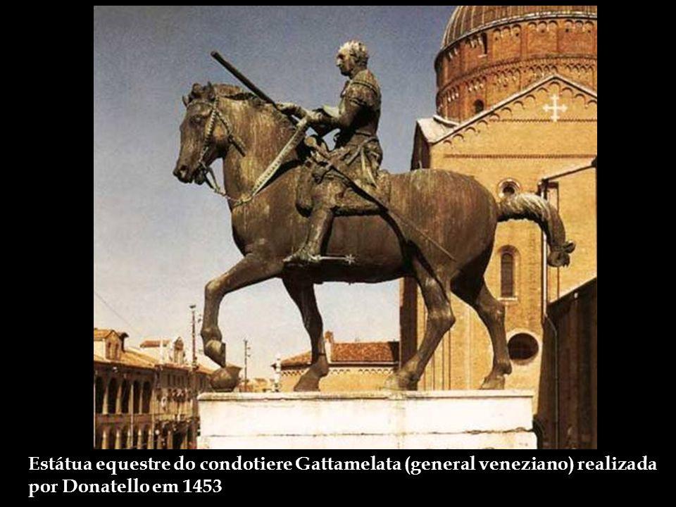 Estátua equestre do condotiere Gattamelata (general veneziano) realizada por Donatello em 1453