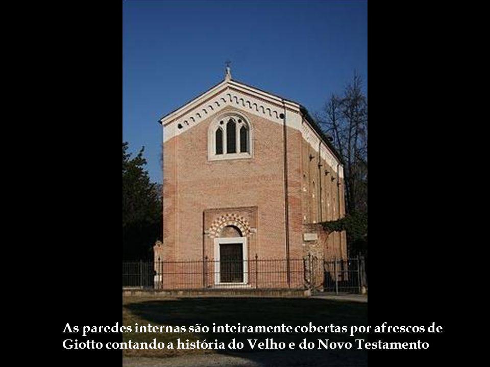 As paredes internas são inteiramente cobertas por afrescos de Giotto contando a história do Velho e do Novo Testamento