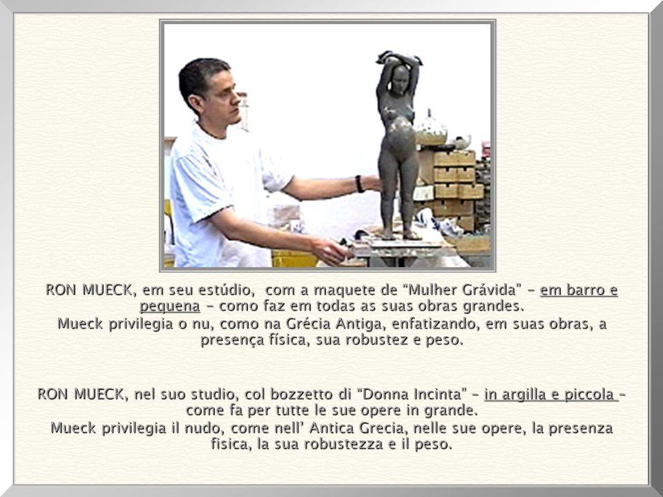 RON MUECK, em seu estúdio, com a maquete de Mulher Grávida - em barro e pequena - como faz em todas as suas obras grandes.