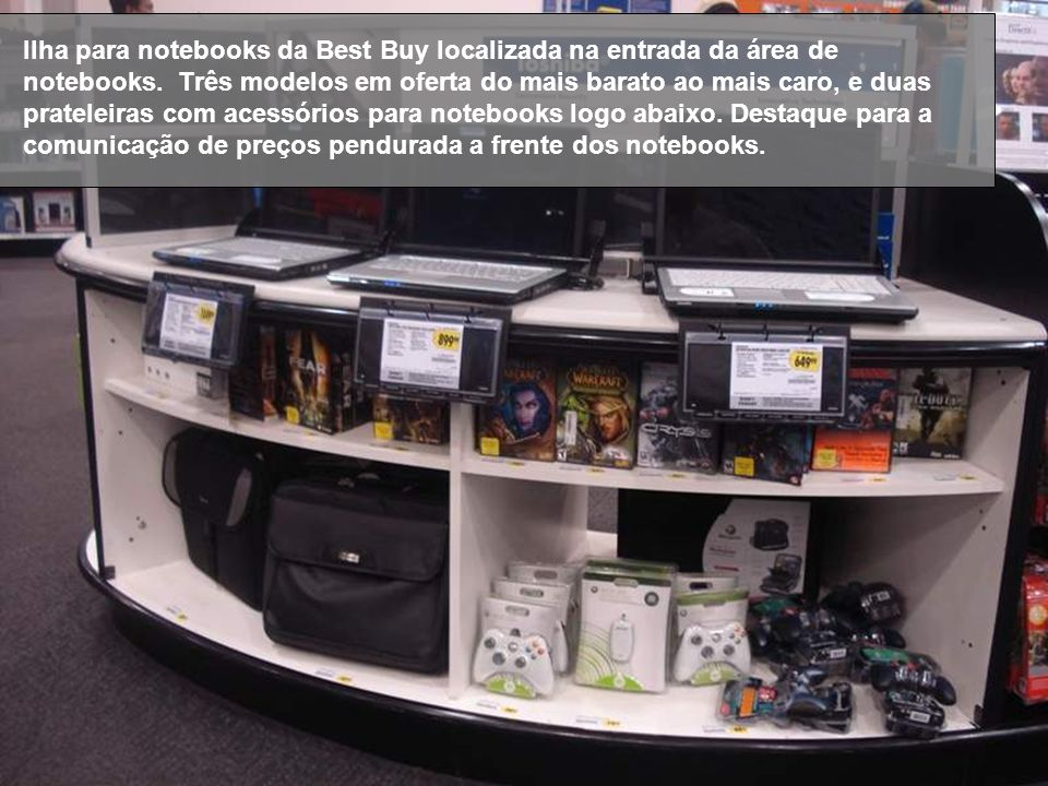 Ilha para notebooks da Best Buy localizada na entrada da área de notebooks.