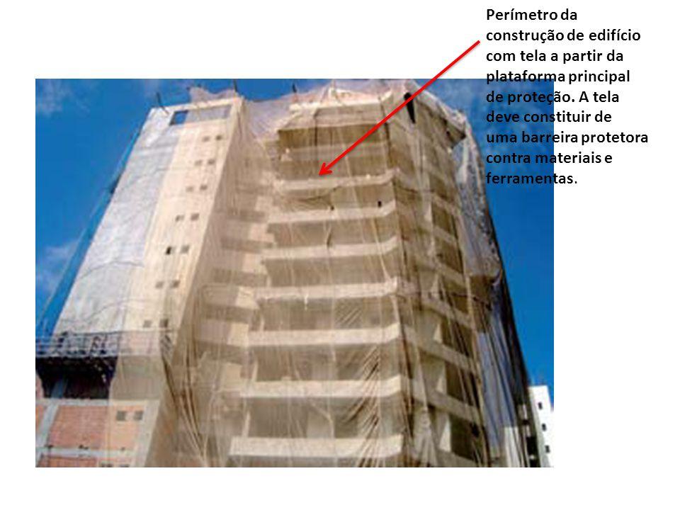 fd59c2097aa19 Perímetro da construção de edifício. com tela a partir da. plataforma  principal. de