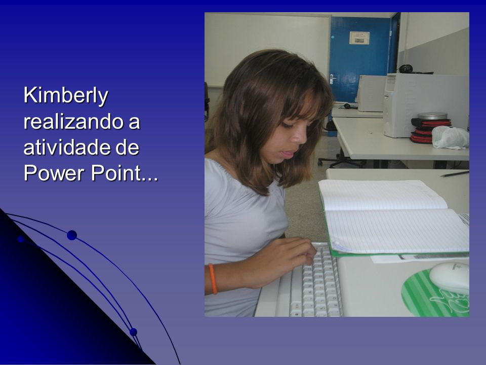 Kimberly realizando a atividade de Power Point...